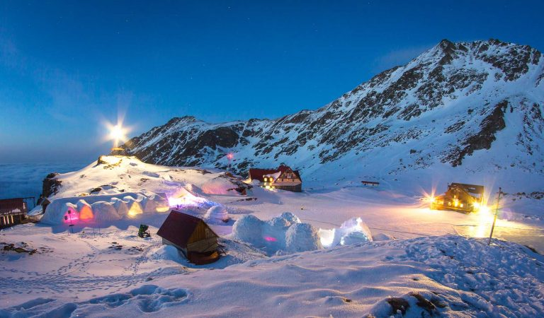 Atracție turistică unică în România, cu singurul hotel de gheață și cel mai mare strat de zăpadă