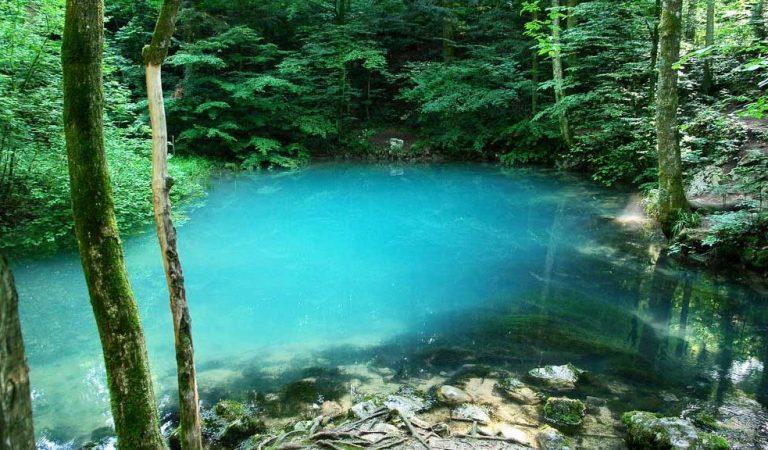 Lacul din România care îşi schimbă culoarea. Povestea fermecată a Lacului Albastru din Baia Sprie: explicaţia apei colorate care a uimit întreaga lume