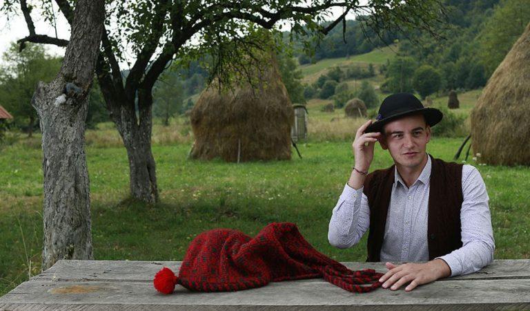 Tinerii care încearcă să ţină în viaţă tradiţii româneşti aproape uitate.