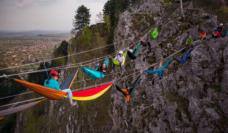 Turişti care vizitează Gorjul, invitaţi să se relaxeze în hamace la o înălţime ameţitoare