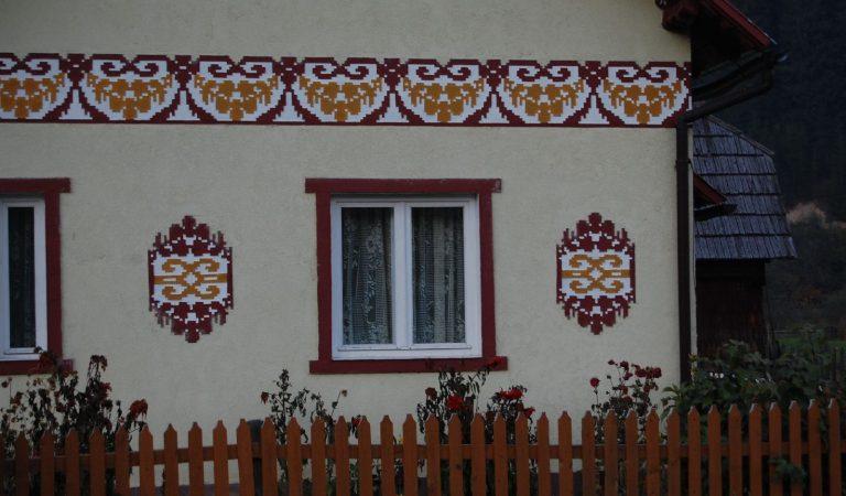Ciocănești, comuna cu case încondeiate din Bucovina. Unică în România