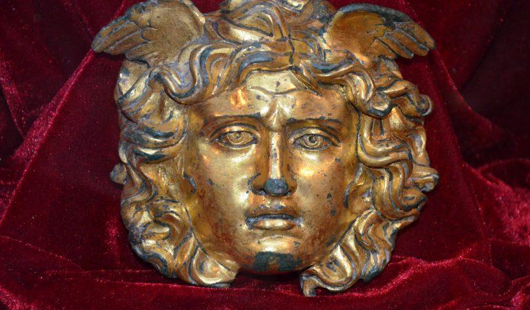 Gorgona Medusa – o piesă arheologică unicat, descoperită la Ulpia Traiana Sarmizegetusa. Ce rol avea străvechiul obiect?