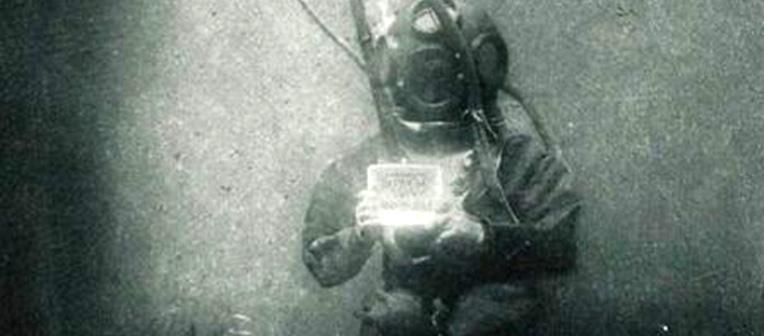 Un român apare în prima fotografie subacvatică din istorie