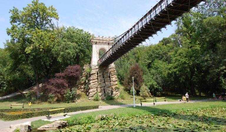 Celebrul pod suspendat din Parcul Romanescu, restaurat