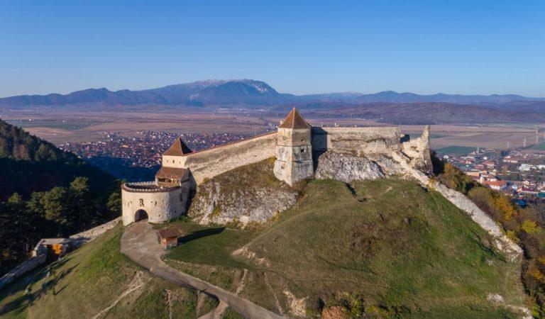 Ce se ascunde printre zidurile Cetății Râșnov?